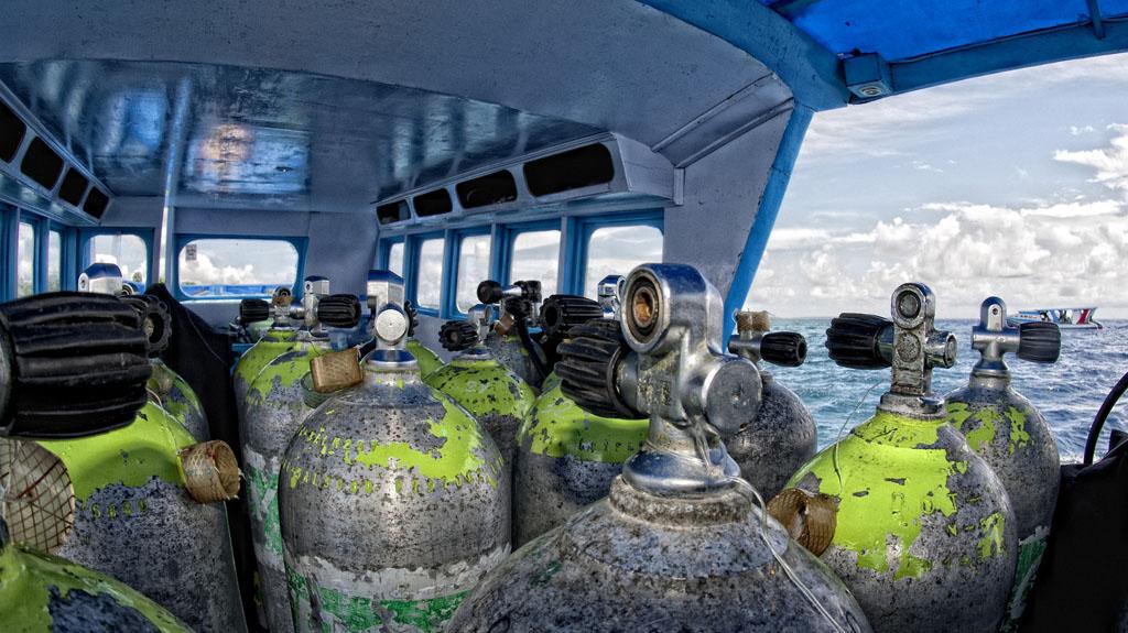 trasporto di bombole di ossigeno in laguna